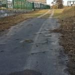 Der 100 Meter lange Zugangsweg. Links davon das zweite Trafohaus der DB, welches zum Verkauf steht.